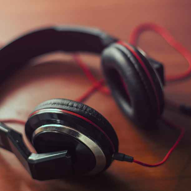 Siete podcasts para oír ideas por una economía más humana